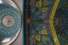 Ornamentos y modelos tradicionales en un fondo azul en mezquitas iraníes imagen de archivo