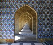 Ornamentos y modelos tradicionales en un fondo azul en mezquitas iraníes foto de archivo