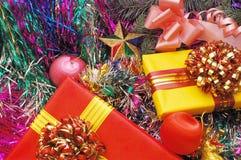 Ornamentos y regalos de la Navidad Imagen de archivo