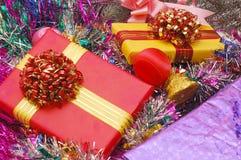 Ornamentos y regalos de la Navidad Imágenes de archivo libres de regalías