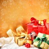 Ornamentos y regalos de la Navidad en tono de oro y rojo Fotografía de archivo