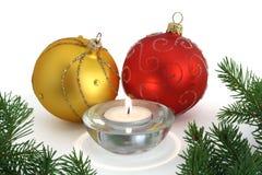 Ornamentos y vela de la Navidad imagenes de archivo