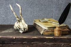ornamentu geometryczne tła księgi stary rocznik Stare rzeczy na stole obraz stock