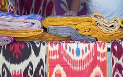 Ornamentu Ikat Khan atlant Tło jedwabnicza tkanina z orientalnymi ornamentami uzbek jedwab z ornamentem Zdjęcie Royalty Free