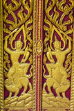 Ornamentuje drewnianego drzwi Tajlandzka świątynia w Chiangmai, Tajlandia Obraz Royalty Free