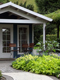 ornametal terrass för trädgårds- hus Arkivfoton