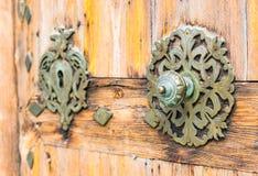 Ornated żelazna drzwiowa gałeczka i keyhole stary drewniany dzwi wejściowy fotografia royalty free