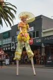 Ornately ubierający żeński stilt piechur z parasolem zdjęcia stock