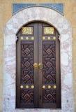 Ornately verfraaide hout en messingsinlegseldeur van de moskee Bosnië Hercegovina van Sarajevo Royalty-vrije Stock Afbeeldingen