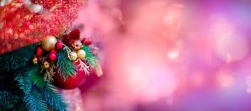 Ornement accrochant rouge de boule pour l'arbre de Noël Joyeux fond de décoration de Noël de fusée légère brillante avec l'espace image stock
