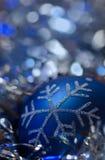 Ornement bleu de Noël - fond argenté bleu Images libres de droits