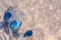 Ornement bleu de Noël sur le fond brillant de neige image libre de droits