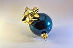 Ornement brillant de Noël avec l'arc d'or Photographie stock libre de droits