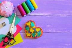 Ornement brodé de coeur pour le jour de valentines L'ornement de coeur de feutre, ensemble de fil, ciseaux, coussin de goupille,  Photographie stock libre de droits