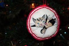 Ornement brodé fait main de Noël de deux Kitty Cats sur un arbre de Noël photo libre de droits