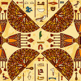 Ornement coloré de l'Egypte avec les hiéroglyphes égyptiens antiques sur le fond de papier âgé, Images libres de droits