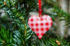 Ornement décoratif de forme de coeur dans un arbre de Noël Photo stock
