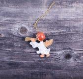 Ornement décoratif de Noël - ange avec la cannelure sur le backg en bois Photographie stock libre de droits