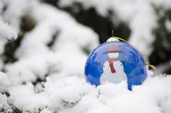 Ornement de boule de Noël dans l'horaire d'hiver Images libres de droits