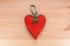Ornement de coeur de feutre de rouge avec le ruban vert Photographie stock
