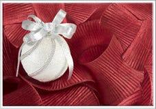 Ornement de fantaisie de petit morceau de carte de Noël et décoration rouge Photo libre de droits