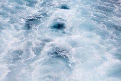 Ornement de l'eau blanche sur la surface marine Queue de Cruiseliner Image libre de droits