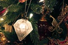 Ornement de Mercury Glass sur l'arbre de Noël photographie stock libre de droits