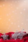 Ornement de Noël : étoiles argentées Photographie stock