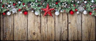 Ornement de Noël avec des branches de sapin photographie stock