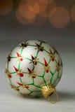 Ornement de Noël blanc avec le fond de Bokeh images libres de droits