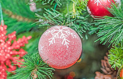 Ornement de Noël, cloche, globe accrochant, étincelles, flocon de neige, or, Joyeux Noël, arbre vert Image libre de droits