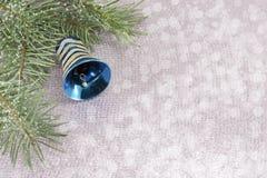 Ornement de Noël et arbre de sapin sur le fond de scintillement brillant Images stock