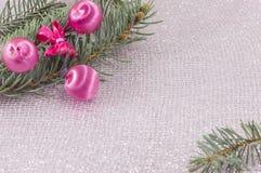Ornement de Noël et arbre de sapin sur le fond de scintillement brillant Photo stock