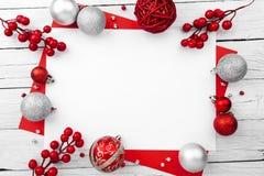 Ornement de Noël fait en ornement rouge sur le fond en bois photographie stock libre de droits
