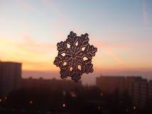 Ornement de Noël sur la fenêtre Photographie stock