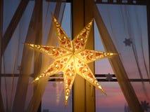 Ornement de Noël sur la fenêtre Photographie stock libre de droits