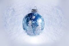 Ornement de Noël sur la neige Photo stock