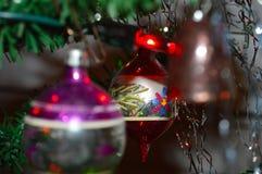 Ornement en verre rond démodé d'arbre de Noël images stock