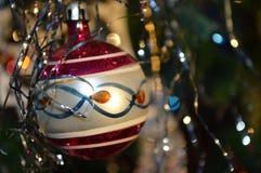 Ornement en verre rond démodé d'arbre de Noël Image stock