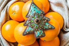 Ornement et oranges d'arbre de Noël dans le sac Image libre de droits