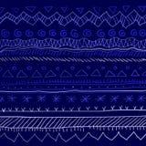 ornement ethnique Nouveau an sur le fond bleu avec la peinture bleue avec des flocons de neige Image stock