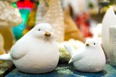 Ornement mignon d'oiseau de mère et d'enfant En céramique sur une table en bois Photo stock