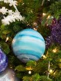 Ornement rayé bleu dans l'arbre de Noël Images stock
