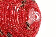 Ornement rouge perlé en verre de Noël - partiel Photographie stock libre de droits