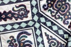 Ornement symbolique traditionnel sur le tissu de smoth Formes d'animaux dessus Photographie stock libre de droits