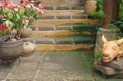 Passage couvert et escalier d'ornement dans le jardin Photos stock