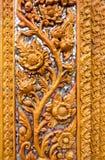 Ornementez les éléments d'or de décoration de stuc de fleur de vintage sur le whi Image libre de droits