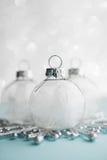 Ornements blancs de Noël sur le fond de bokeh de scintillement Carte de Joyeux Noël Images libres de droits