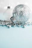 Ornements blancs et argentés de Noël sur le fond de bokeh de scintillement Carte de Joyeux Noël Photo libre de droits