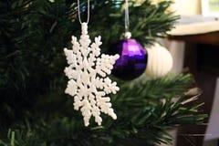 Ornements brouillés d'arbre de Noël Photographie stock libre de droits